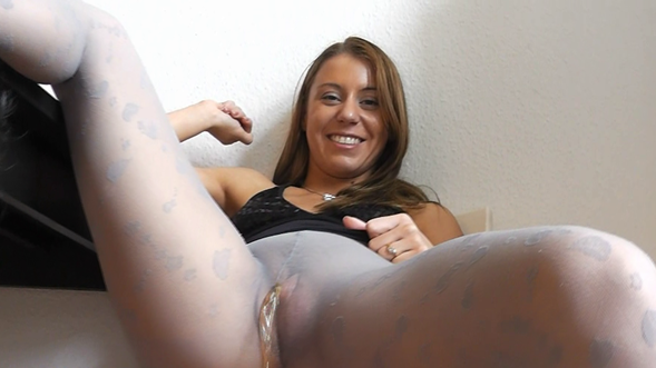 peeing-ladies.com - movie update - Princess Nikki Pee through Nylons