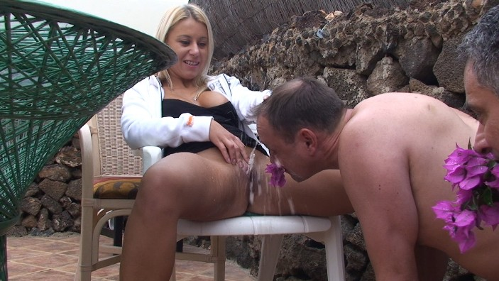 peeing-ladies.com - movie update - princess_nikki_the_flowers