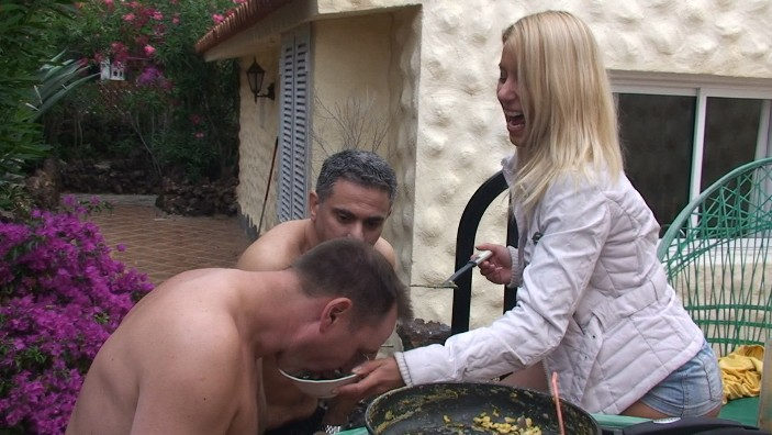 peeing-ladies.com - movie update - Princess Nikkis Piss Meal